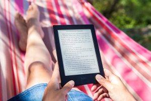 pessoa lendo online na rede com kindle